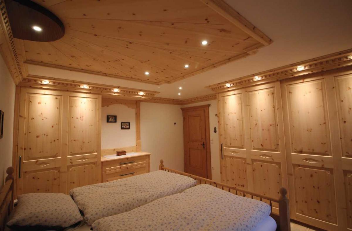 Schlafzimmer-aus-Zirbenholz